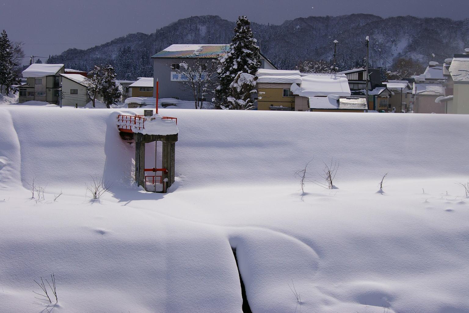 「川の堤防の積雪」
