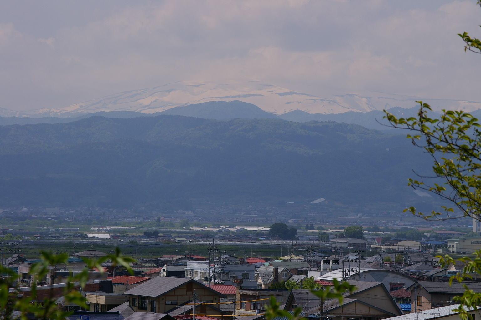 「雲の峰 いくつ崩れて 月の山」