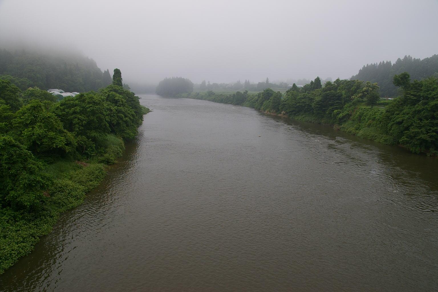 村山隼橋より、最上川を眺める