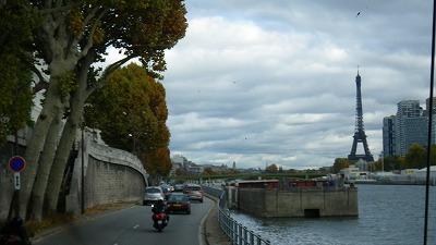 パリ、セーヌ川からのエッフェル塔眺め