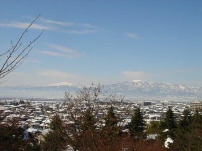 左に見える山が月山。右の山脈が葉山連邦です。
