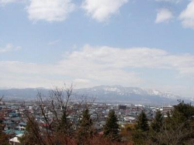 若木山の登り道から眺める葉山連邦と月山