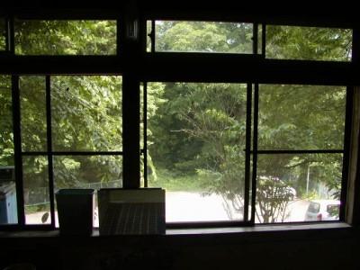川原湯共同浴場「笹湯」からの窓越しの眺めです。