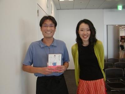 これは講演が終わってから「漢方小説」にサインをもらっているところです。