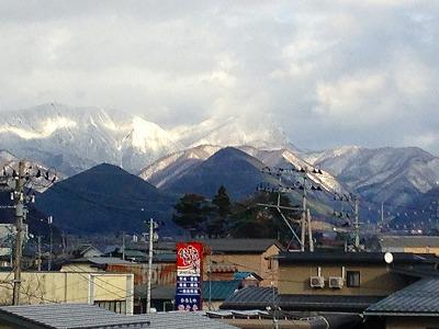 木村ストアの看板と黒伏山の眺め