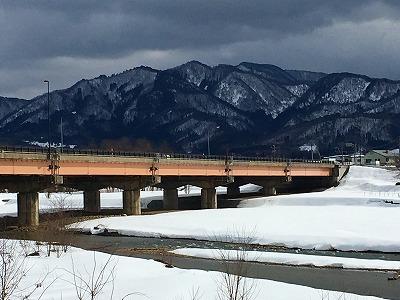 乱川から国道13号線眺め