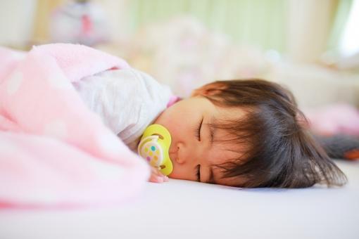 眠る赤ちゃん女の子