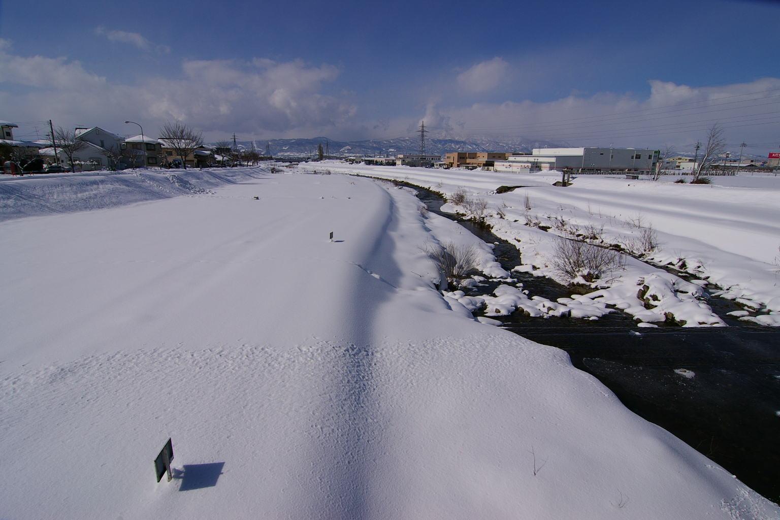 冬の野川 看板の影、そして葉山遠景
