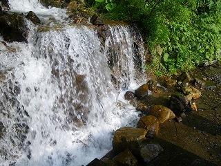 飯豊 広河原温泉に行く途中の名もない滝