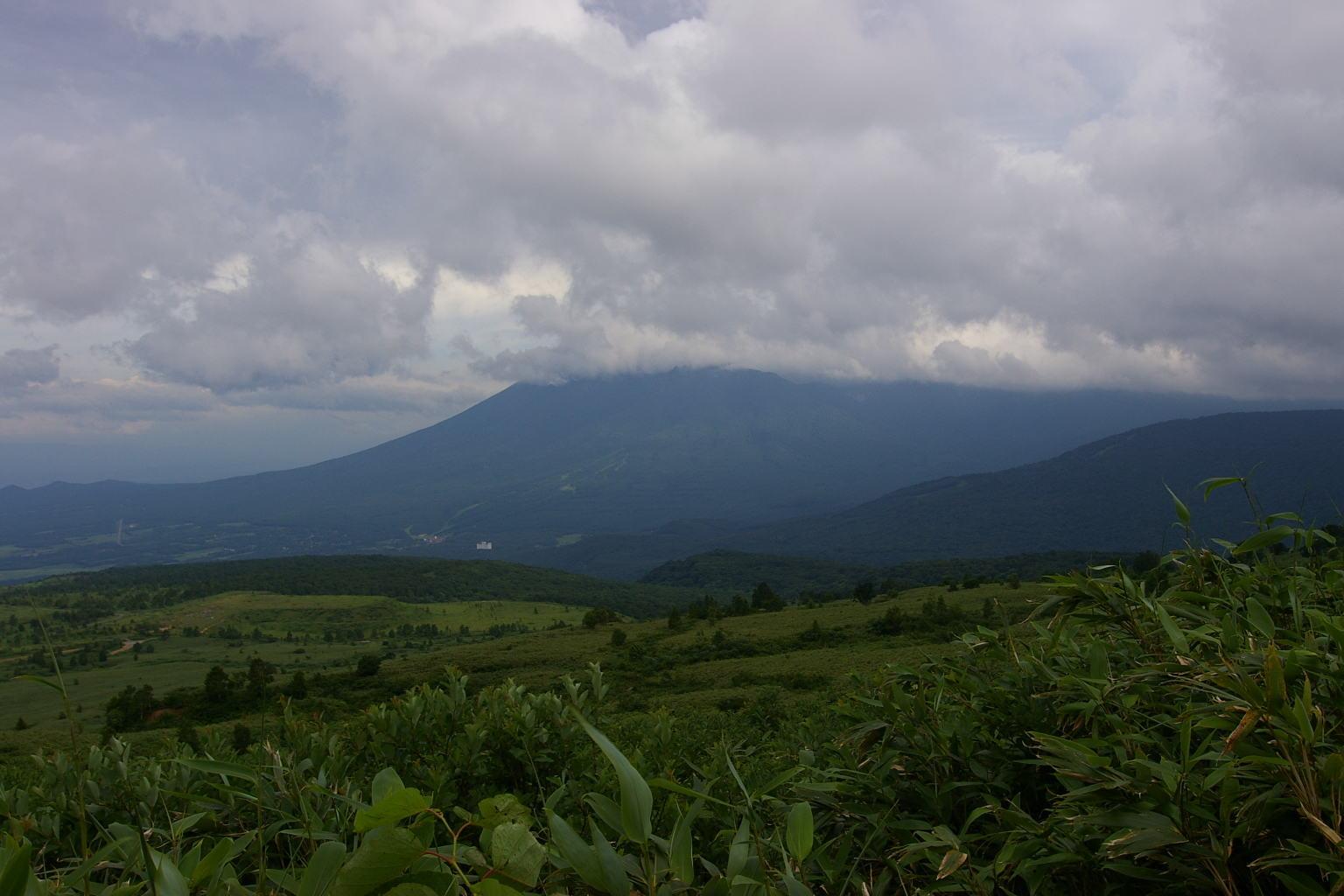 雲に隠れる岩手山
