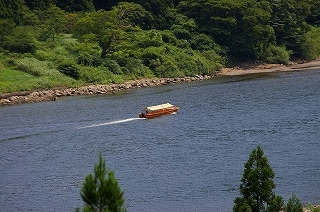 一艘の最上川川下りの舟が去っていきました