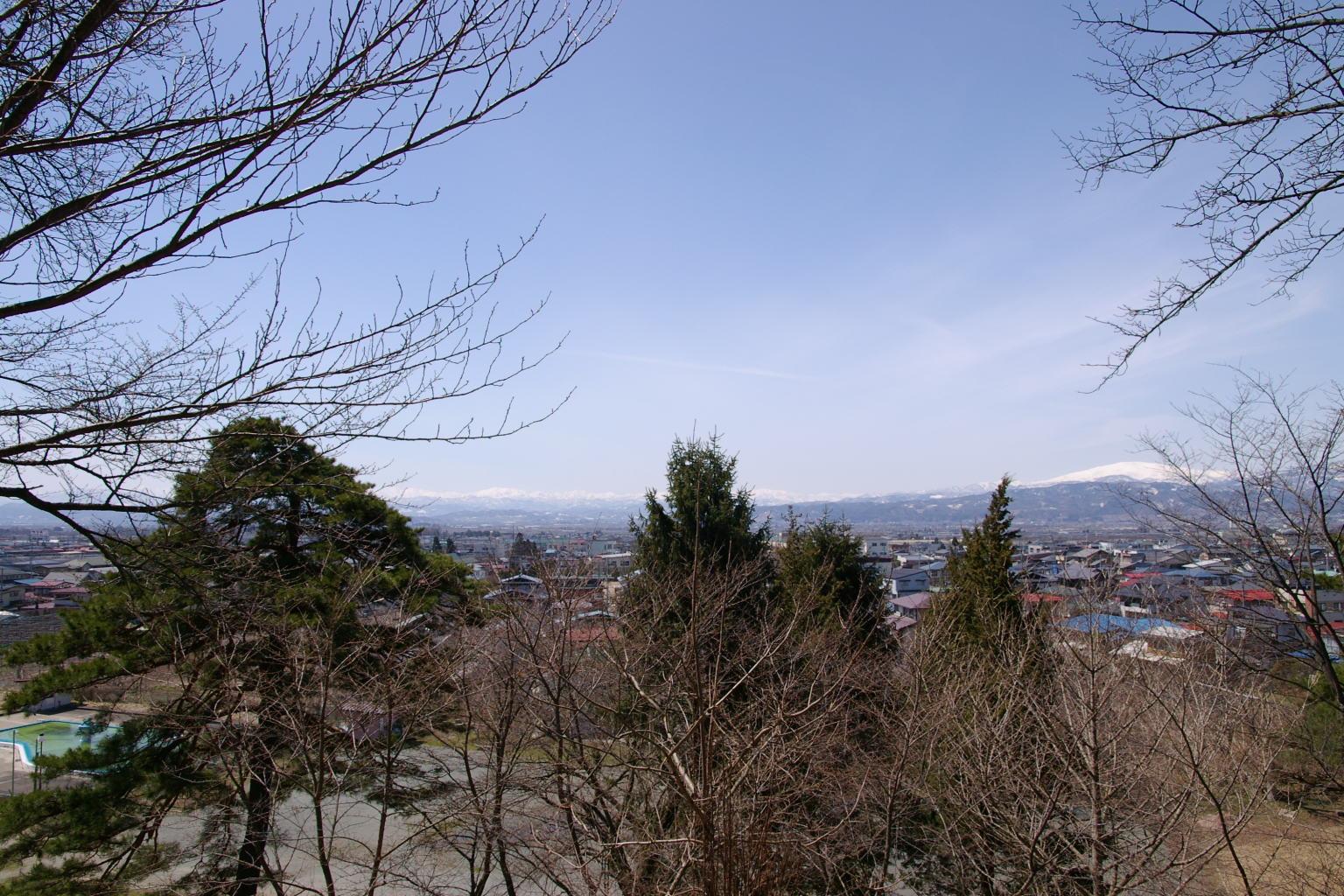 パラノラマのような風景が広がり、月山から朝日連峰までいい眺めです
