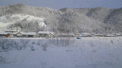山形新幹線つばさからの車窓の風景です。一面の銀世界!
