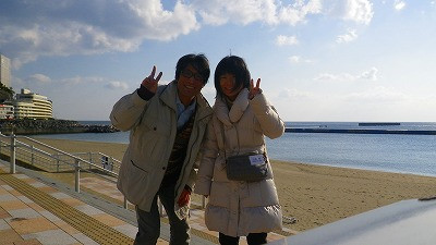 妻と一緒に、熱海桜や熱海の海辺でパチリ