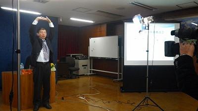 <br /> 五十肩の体操療法を実践される陶先生