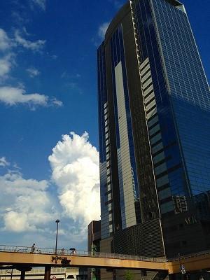 IアエルとJALシティの間の青空にぽっかりとした入道雲