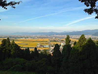城山の山頂から天童、東根方面を眺めます。