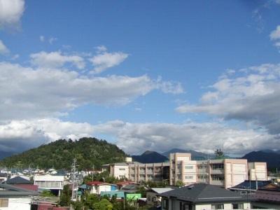 若木山と神町小学校上空の快晴