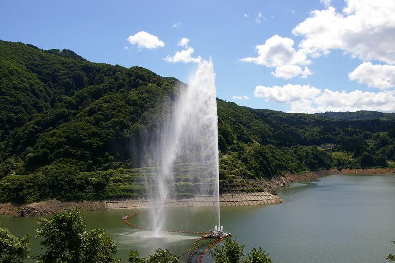 月山湖の噴水