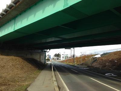 旧国道13号線の乱川、13号線高架橋下のシュールな眺めです