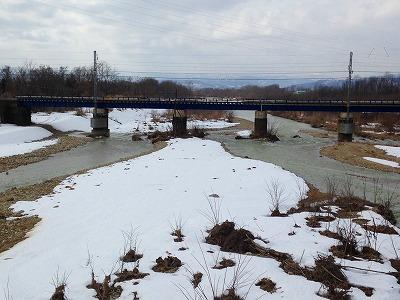 乱川の中洲にはまだ残雪が残っています